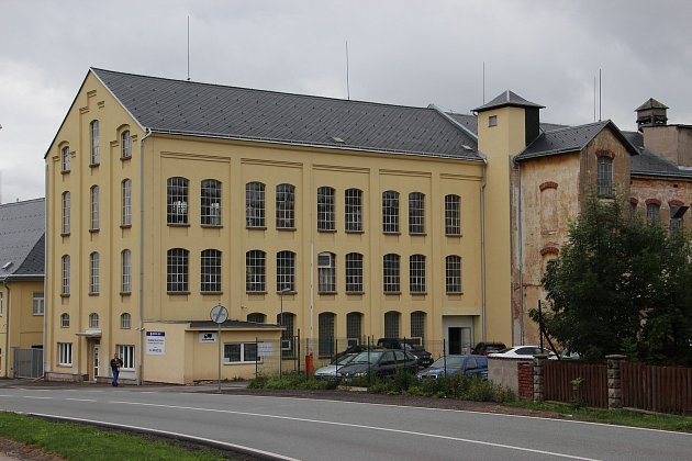FIRMA PETER GFK sídlí v Kocbeřích u silnice vedoucí z Jaroměře na Trutnov. Lidem vadí zápach odtud vycházející.
