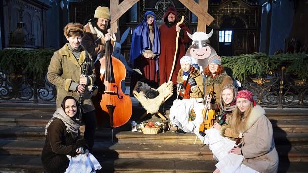 Kostel sv. Petra a Pavla v Chotěvicích se zaplnil při vystoupení místních a trutnovských muzikantů.
