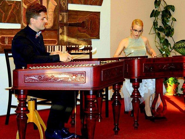 Unikátní spojení mezzosopranistky Dany Šťastné, absolventky pardubické konzervatoře a Akademie múzických umění v Praze,  a cimbalistů Petra a Nikol Spěvákových, vystupujících jako Cimbalom Dualité, bude vrcholem prvního dne Krakonošových letních podvečerů