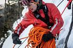 Hasiči lezci testují svou zdatnost v náročném krkonošském terénu.