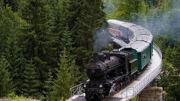 Stoletá parní lokomotiva Sedma vyjela o víkendu u příležitosti 115. výročí ozubnicové trati Tanvald - Kořenov - Harrachov.