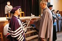 BAKALÁŘI. Promoce se zúčastnilo třiatřicet absolventů oboru Veřejná správa a regionální politika. Včera odpoledne pak převzala více než čtyřicítka posluchačů diplom o ukončení Celoživotního vzdělávání na Fakultě veřejných politik v Úpici.