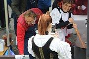 Lákavá vůně a znamenitá chuť přivábily velké davy návštěvníků na 11. ročník oblíbené soutěže Krakonošův guláš v Peci pod Sněžkou. Zapojily se do ní také známé herecké postavy.