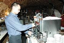 Trutnovská vinárna a restaurace v podzemí pod Muzeem Podkrkonoší je vyhlášená swingovými večery a kulturními pořady s živou hudbou.