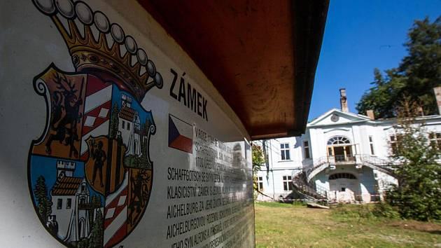 Vyhořelý barokní zámek v Horním Maršově koupila firma rodiny Rackových na konci loňského roku za 10 milionů korun od ruského podnikatele Sergeje Majzuse.