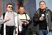 VEŘEJNOU SBÍRKU NA ZVONY pro kostel sv. Jana Křtitele vyhlásili na oslavách 5 let Královédvorského pivovaru Tambor farář Jan Czekala (vlevo) a majitel pivovaru Nasik Kiriakovský.
