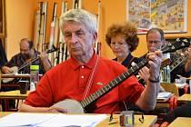 Hudba z dílen. Svatoňovicemi zněly kytary, housle i banja