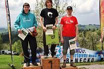 STUPNĚ VÍTĚZŮ. Zleva druhý Ondřej Fejfar (Vrchlabí), vítěz Radek Groh (VHS Punk) a třetí Karel Randák (Jilemnice).