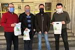 Město Trutnov ve středu ráno obdrželo od zaměstnanců Domova důchodců Tmavý Důl 100 kusů roušek, které ušily zaměstnankyně domova.