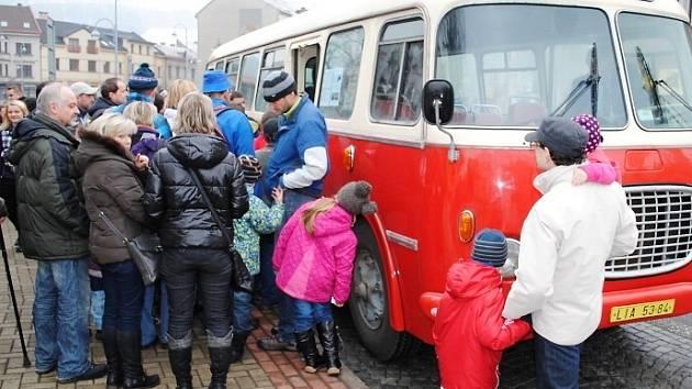 STARÉ AUTOBUSY poutají zájem veřejnosti. Přesvědčili se o tom pořadatelé už v Semilech, kde se výstava konala letos na jaře.