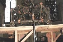 Zloděj se vloupal do kostela v Prosečném a odcizil stokilový historický stroj věžních hodin z roku 1896.