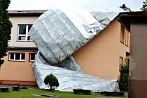STŘEŠNÍ KRYTINU na budově školy v Radvanicích na Trutnovsku stáhlo malé tornádo.