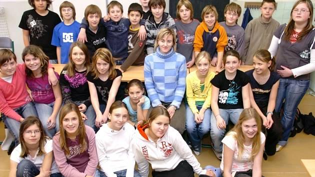 TŘÍDNÍ UČITELKU Kateřinu Tylšovou (na snímku uprostřed) nominovali šesťáci ze Základní školy Rudolfa Frimla do klání o nejoblíbenějšího učitele České republiky, Zlatý Ámos.