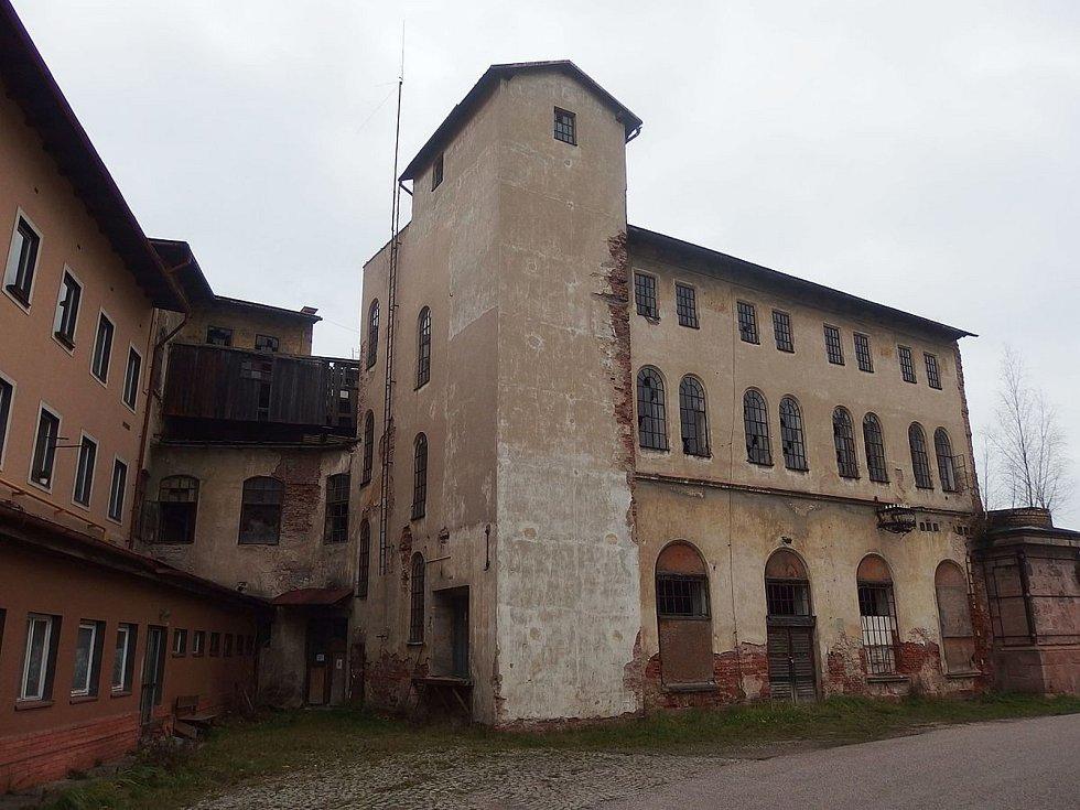 NEÚSPĚCH. Komplex Labského mlýna v centru Hostinného stále chátrá.
