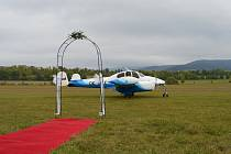 Svatební letoun. Starostka Zlaté Olešnice před pěti lety oddávala snoubence v letadle u větrné elektrárny, startovalo z letiště ve Vrchlabí.