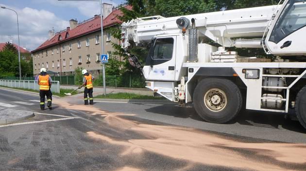 Z autojeřábu vytekl olej, zasahovat museli trutnovští hasiči.