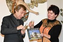Autory knihy Jilemnice jsou ředitel místního Krkonošského muzea Jan Luštinec a Helena Rezková.