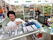 Třicetikorunové poplatky za položku na receptu lékárny v pětici nemocnic Středočeského kraje sice vybírat budou, ale zanedlouho nabídnou pacientům třicetikorunovou slevu. Zákazníci sice poplatek budou muset zaplatit, v lékárně ale současně dostanou slevov
