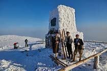 Lidé si ve středu připomněli 108. výročí tragického úmrtí lyžařů Bohumila Hanče a Václava Vrbaty u jejich mohyly na Zlatém návrší.
