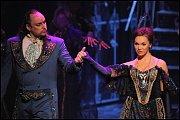 Kamila Nývltová jako Adriana a Marian Vojtko jako Dracula.