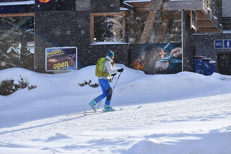 Sobota 13. února 2021 v Peci pod Sněžkou. Lidí je jen poskrovnu, horské středisko je vyprázdněné.
