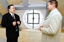 Samostatný prostor, kam bude umístěn hodinový stroj, si  včera v doprovodu ředitele školy Jiřího Patáka (vpravo) prohlédl i starosta Ivan Adamec.