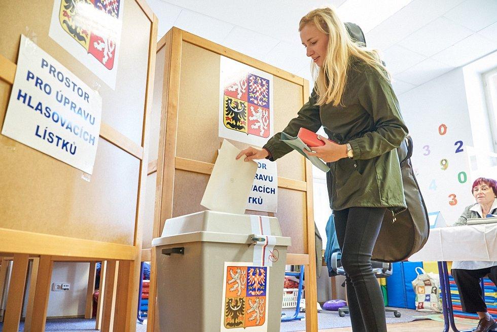 První voliči v hlasovací místnosti v Základním škole kpt. Jaroše.