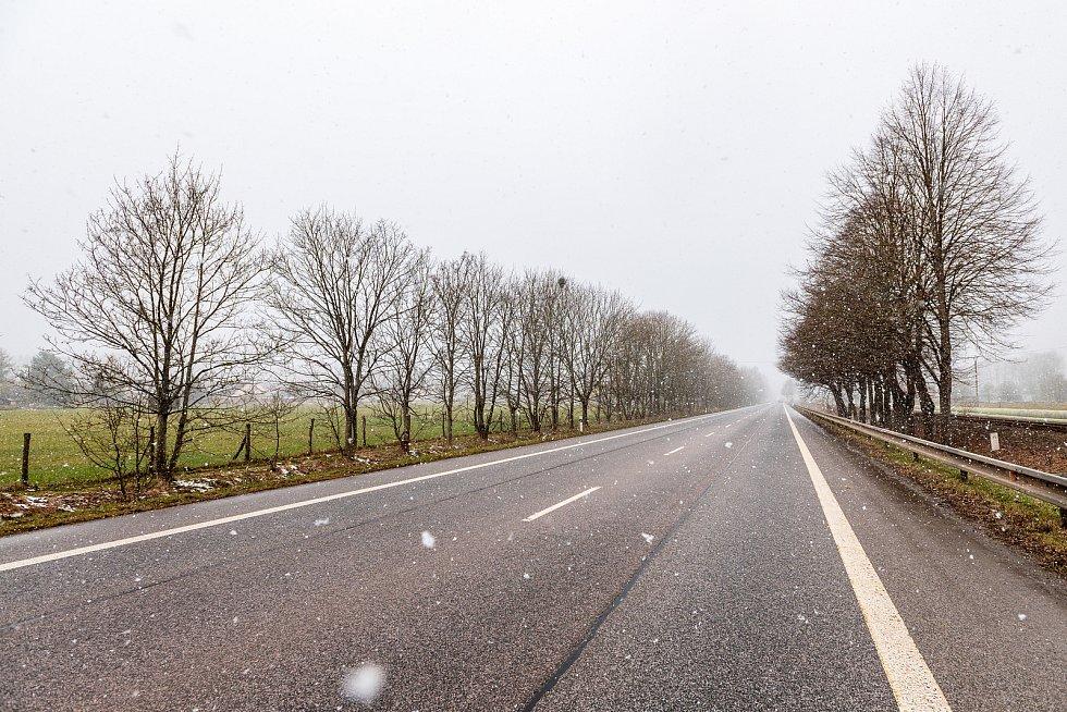 Sníh na cestě do Krkonoš ve středu 7. dubna.