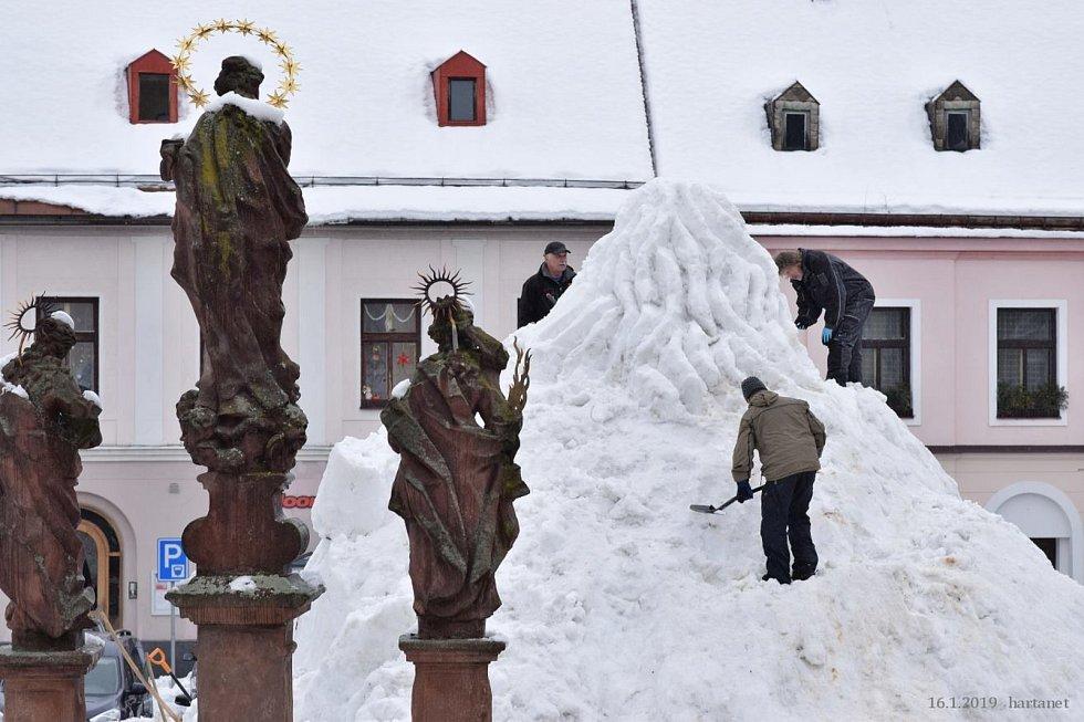 SNĚHOVÁ NADÍLKA umožňuje stavbu Krakonoše na jilemnickém náměstí. Do sochání se ve středu pustil jako již tradičně výtvarník Josef Dufek s pomocníky.