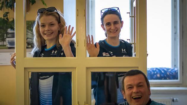 Nikola Zdráhalová a Martina Sáblíková přivezly do Žirče nové okno pro Domov svatého Josefa.