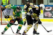 SOUPEŘ Z NOVÉHO BYDŽOVA v této sezoně královédvorským hokejistům vyhovuje. Ve čtyřech duelech s ním totiž ztratili pouhý jeden bod a nastříleli úctyhodných 33 branek (9:1, 8:3, 11:4, 5:4p).