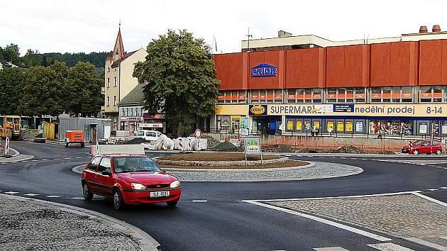 RIEGROVO NÁMĚSTÍ. Hlavní semilské náměstí prochází postupnou rekonstrukcí již desetiletí. Velkou změnu zaznamenalo v roce 2007 přeměnou nevyhovující křižovatky na kruhový objezd.
