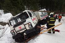 Hasiči v Peci pod Sněžkou vyprošťovali převrácenou rolbu.