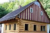Historie vzácné stavby v Dolním Dvoře sahá až do roku 1773. V roce 2001 ji označilo Ministerstvo kultury a Národní památkový ústav za kulturní památku, jako cenný doklad původní historické zástavby.