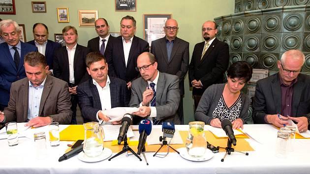 Pět stran ve středu podepsalo dohodu o koalici v Královéhradeckém kraji