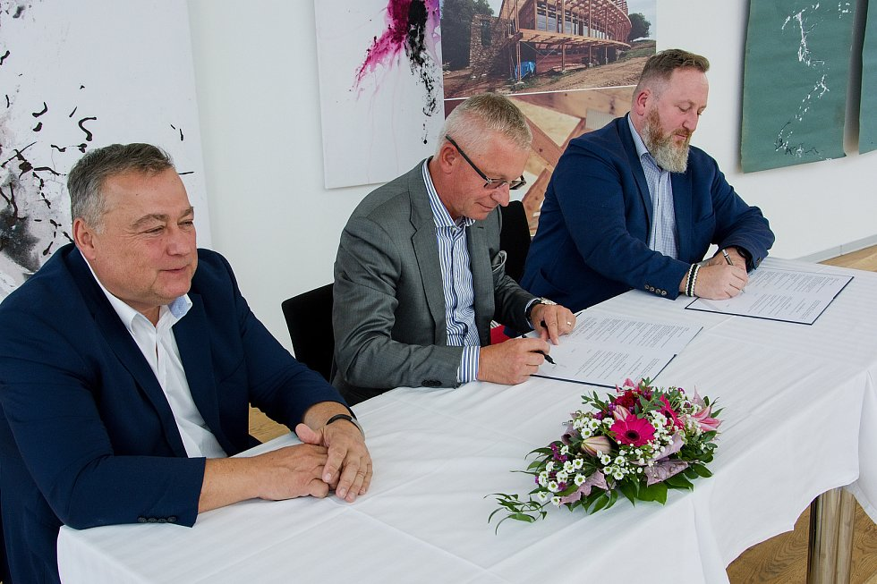 Podpis smlouvy mezi podnikatelem Rudolfem Kasperem a ředitelem Uffa Liborem Kasíkem. Přihlíží trutnovský starosta Ivan Adamec.