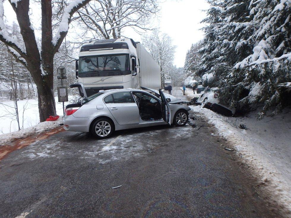 Řidič nezvládl předjíždění. Tři auta havarovala, tři lidé se zranili.