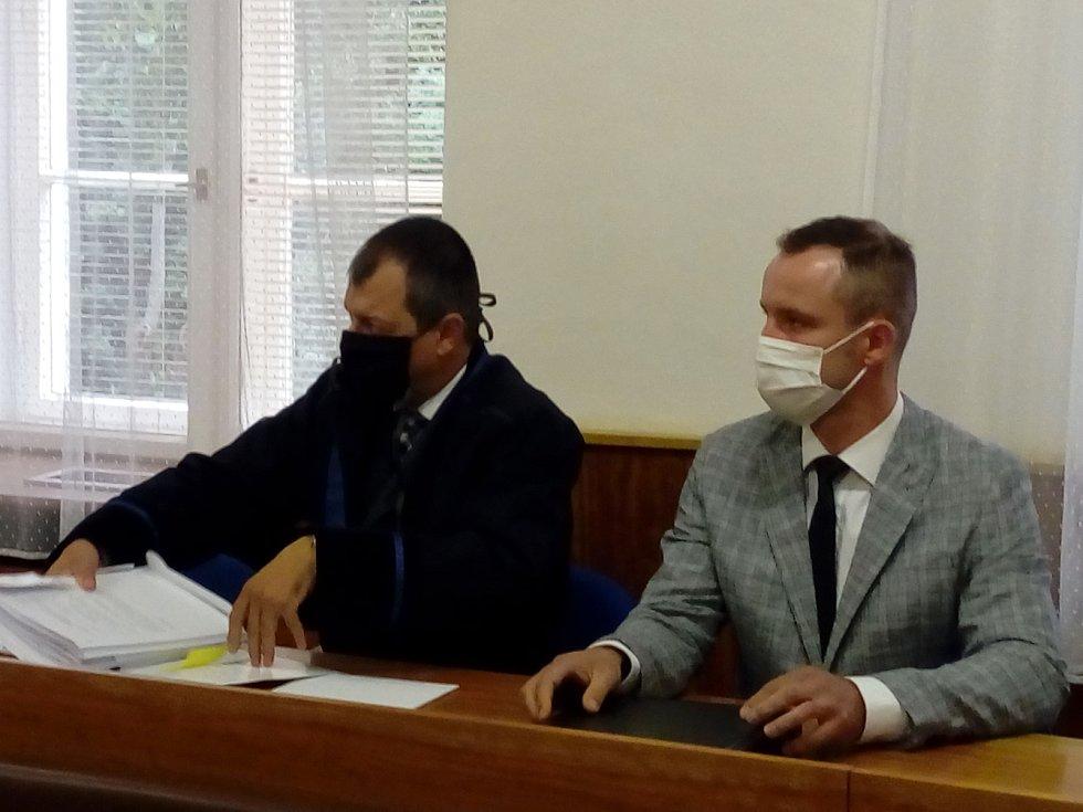 Odsouzený Vojtěch Chaura z Pardubic (vpravo) u Okresního soudu v Trutnově.