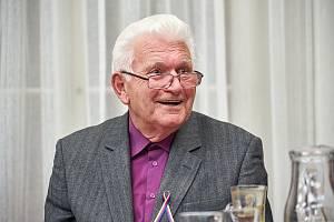 V 77 letech zemřel 23. prosince 2019 profesor Vladimír Wolf, historik a vysokoškolský pedagog. Byl děkanem Pedagogické fakulty Univerzity Hradec Králové. Na snímku z letošního listopadu při besedě s účastníky sametové revoluce 1989 v Trutnově.