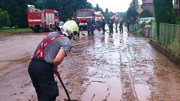 PROBLÉMY po bouři měli  obyvatelé obce Kruh u Jilemnice. Hasiči odčerpávali vodu ze zatopených sklepů a mnoho práce jim dalo odstranit nánosy bahna z návsi i komunikací.