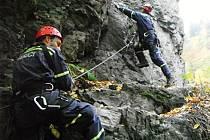 PROFESIONÁLNÍ HASIČI, lezci z Liberce, obsadili v uplynulých dnech atraktivní Riegrovu stezku a procházeli důležitým cvičením.