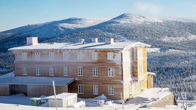 V nadmořské výšce 1288 metrů staví vrchlabská firma novou Petrovu boudu. Musí se vypořádat s náročnými klimatickými podmínkami na hřebenech Krkonoš.