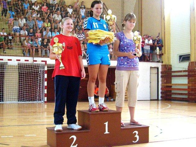POHÁR ZA DRUHÉ MÍSTO dorosteneckého družstva přebírala brankářka Veronika Horáčková.