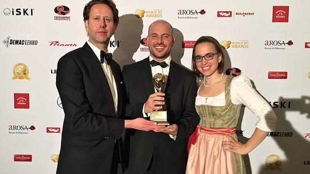 Cenu v rakouském Kitzbühelu převzal ředitel špindlerovského skiareálu Čeněk Jílek (uprostřed).
