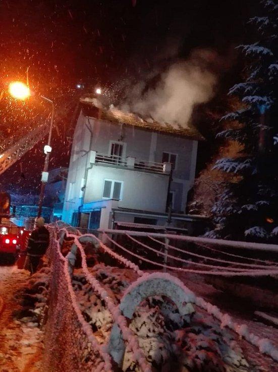 Požár rodinného domu ve Dvoře Králové nad Labem připravil mladou rodinu o střechu nad hlavou.