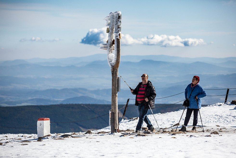 Zimní počasí na Sněžce v pondělí 7. října 2019.