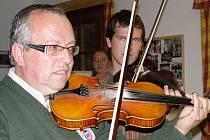 Na slavnostním setkání si zahrál také spoluzakladatel muziky Milan Petrák se synem Alešem.