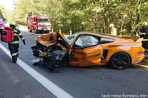 Divoká jízda 30letého řidiče sportovního vozu Ford Mustang u Špindlerova Mlýna připravila 21. září 2019 o život zástupce ředitele Vojenského zpravodajství Milana Jakubů.