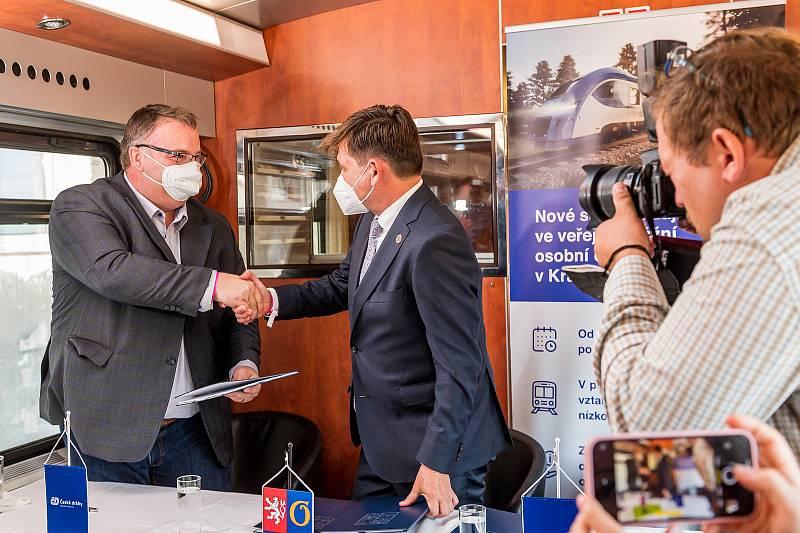 Hejtman Královéhradeckého kraje Martin Červíček podepsal v neděli v Trutnově na vlakovém nádraží smlouvu s generálním ředitelem Českých drah Ivanem Bednárikem na 10 let.