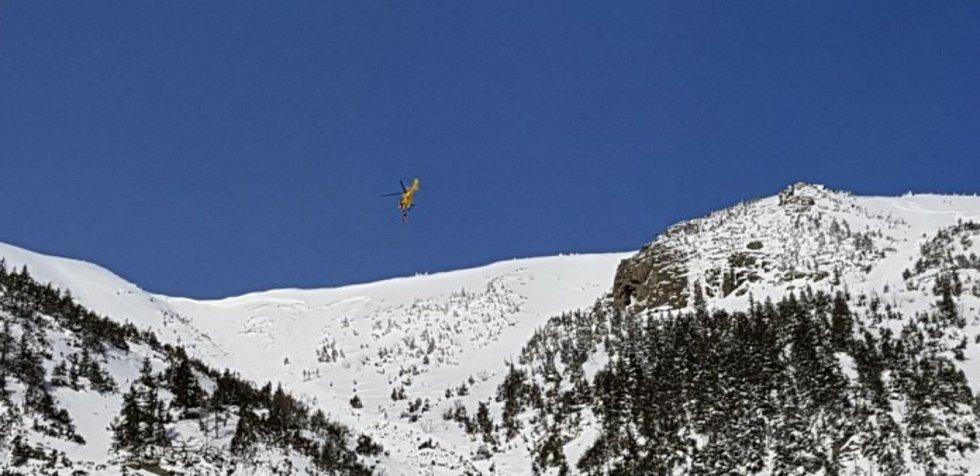 Přílet vrtulníku do střední části pro vyzvednutí staršího skialpinisty.